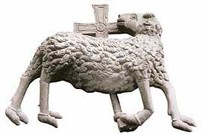 Agnello divino scolpito al centro  dell'architrave del bel portale romanico.